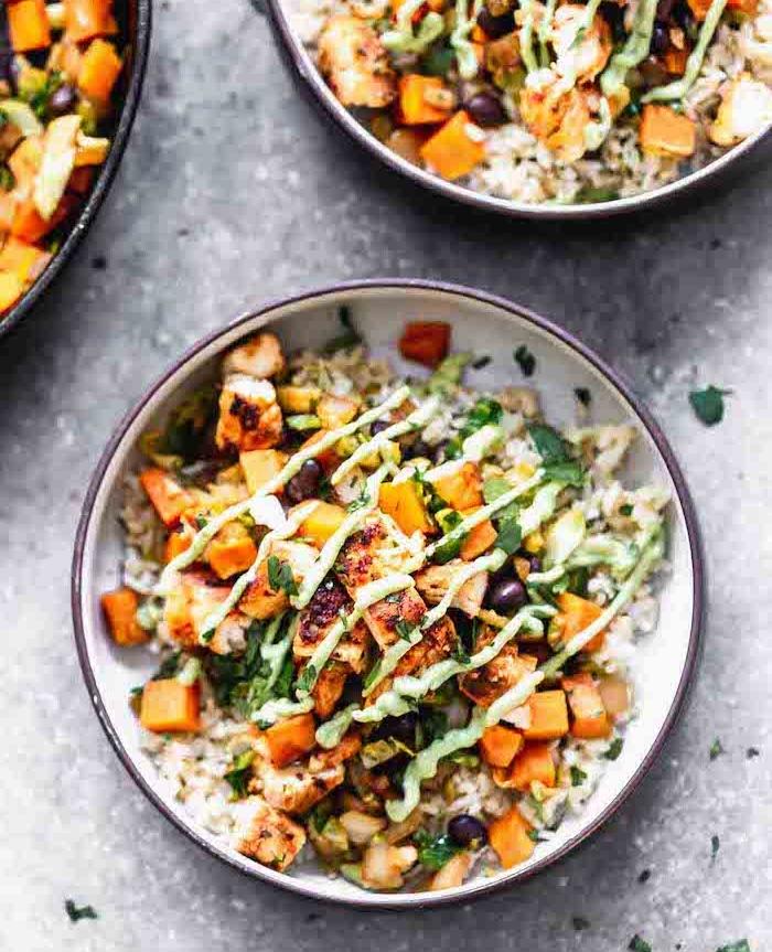 faire un poke bowl poulet au riz patates douces haricots noirs coriandre haché dans assiette