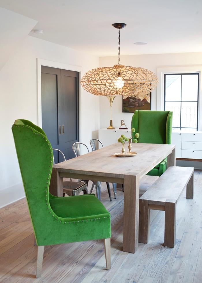 fauteuil vert table bois lustre chaise de couleurs différentes banquette bois revêtement parquet stratifié