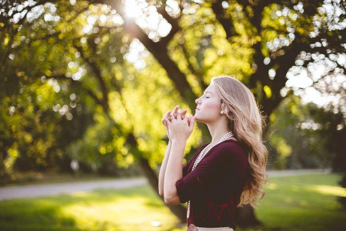 femme blonde dans le parc prier femme avec une robe rouge fonce boucle d oreille perle