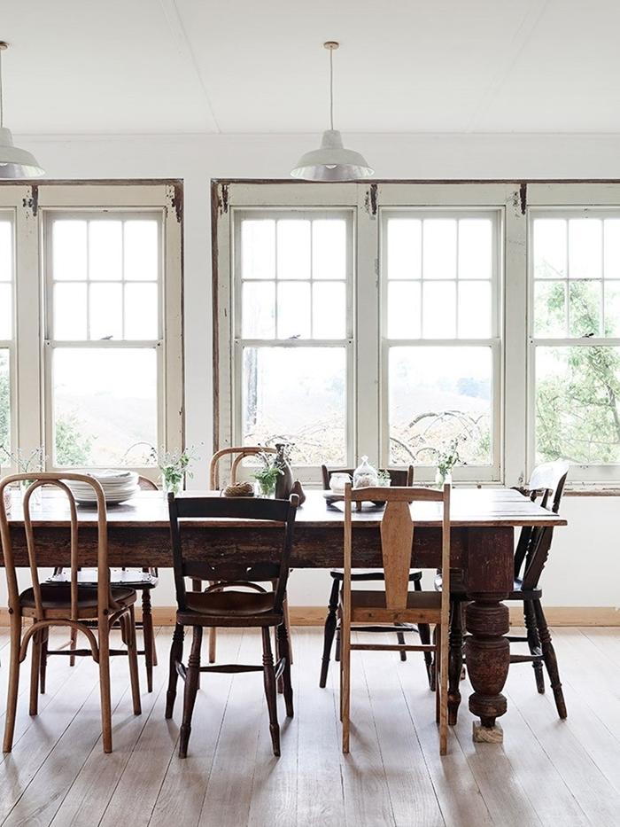 fenêtre blanche lampe chaise dépareillée bois accents table à manger bois brut style rétro rustique