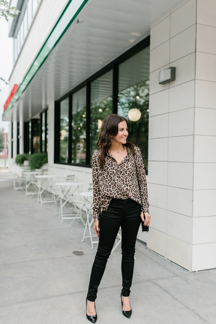haut leopard chemise boutons pantalon slim noir chaussures talons style vestimentaire femme