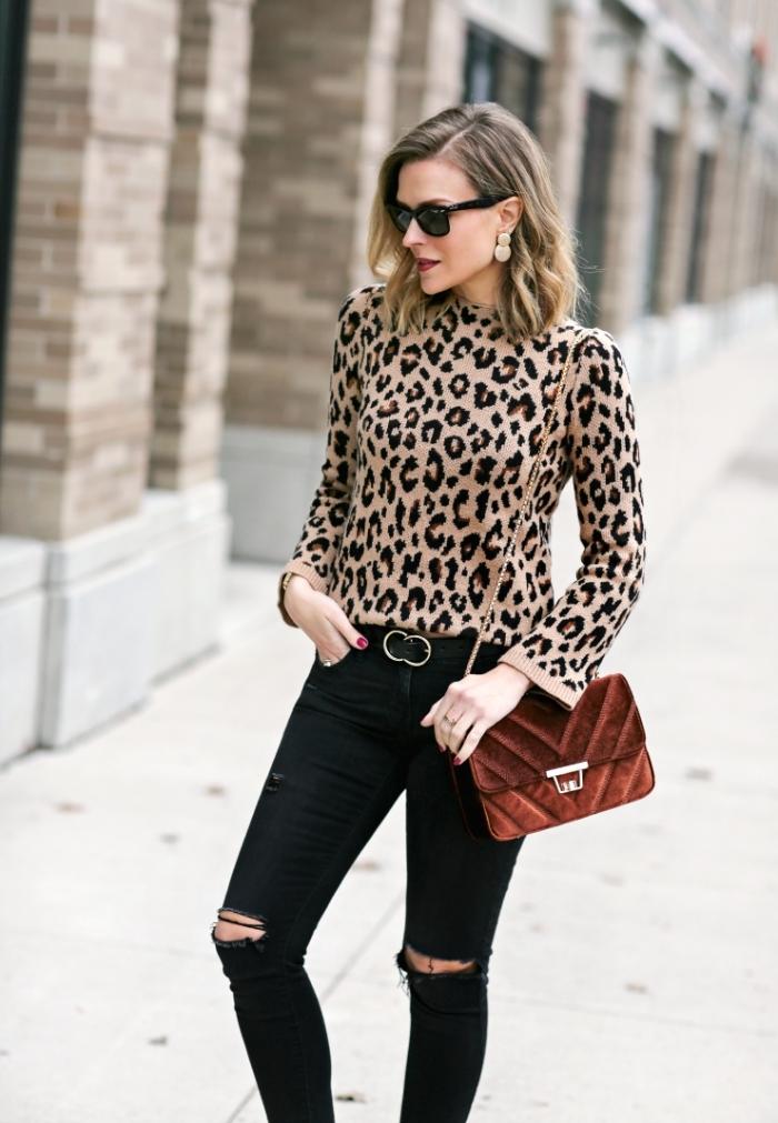 haut leopard idée tenue femme chic pull léopard pantalon déchiré jeans noirs troués