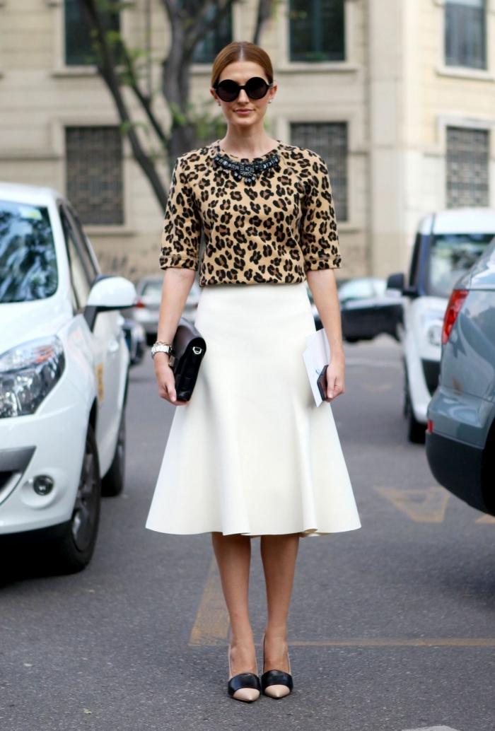 haut leopard manches collier pierres noires lunettes de soleil chaussures talon nude et noir