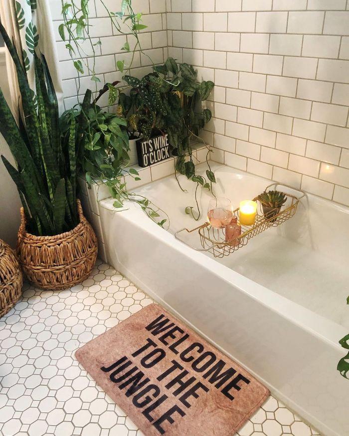 idée ambiance salle de bain style jungle urbain baignoire blanche bougies plantes vertes salle de bain