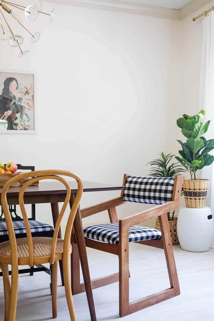 idée déco salle à manger chaise bois plante verte intérieur cache pot tressé tableau peinture luminaire moderne
