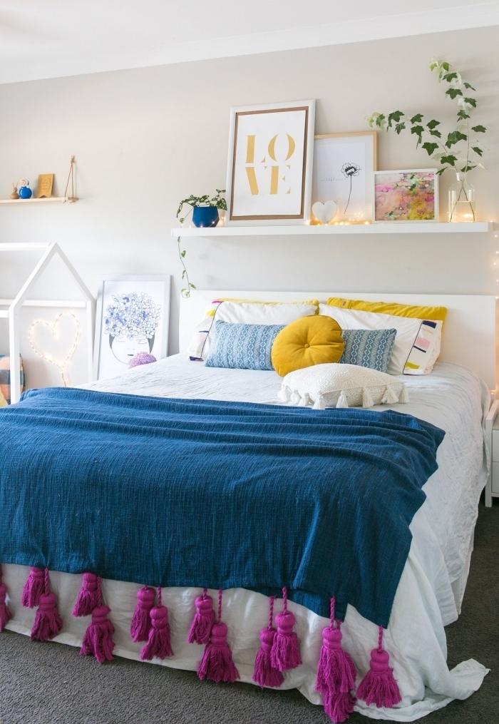 idée de décoration de chambre multicolore coussin rond jaune moutarde jeté bleu glands