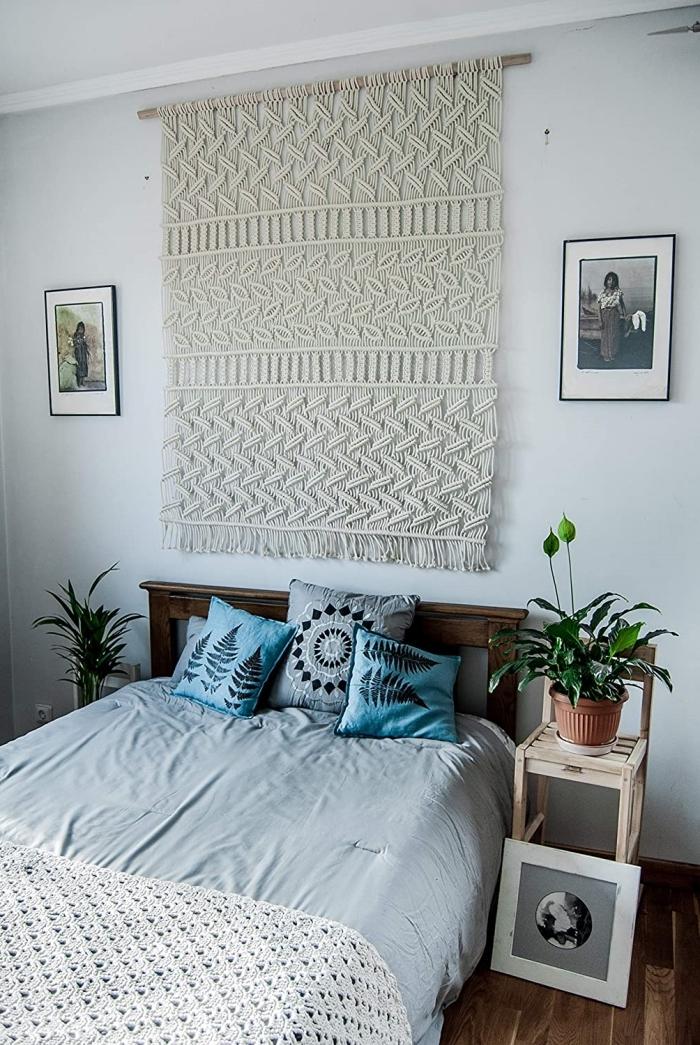 idée de décoration de chambre suspension murale corde macramé noeud tête lit bois foncé mandala coussin