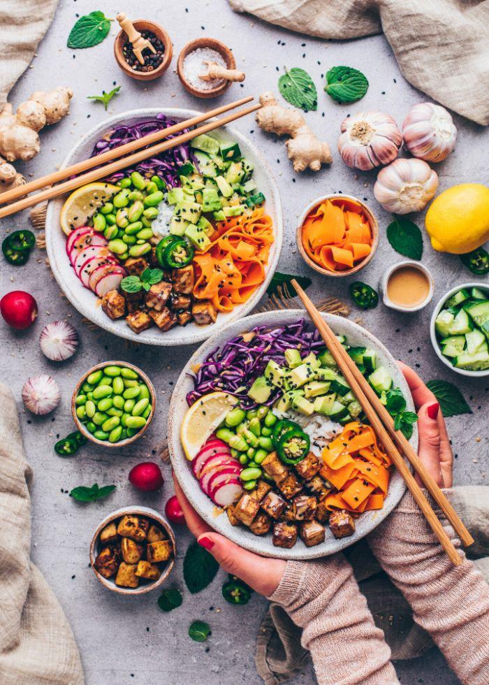 idée de poke bowl vegetarien à base de tofu carottes chou avocat radis édamame riz et sesame