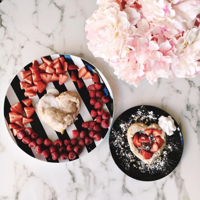 idée repas amoureux vite fait assiette ronde blanc et noir rayures fraises pâte feuilleté coeur glaçage