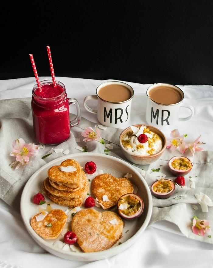 idée repas amoureux vite fait smoothie fraises tasse de café crêpe en forme de coeurs pétales fleurs