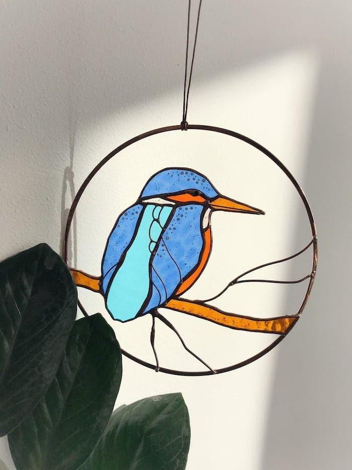 idée d actvité manuelle pour peinture sur verre une figure verriere d oiseaux pendante d une corde