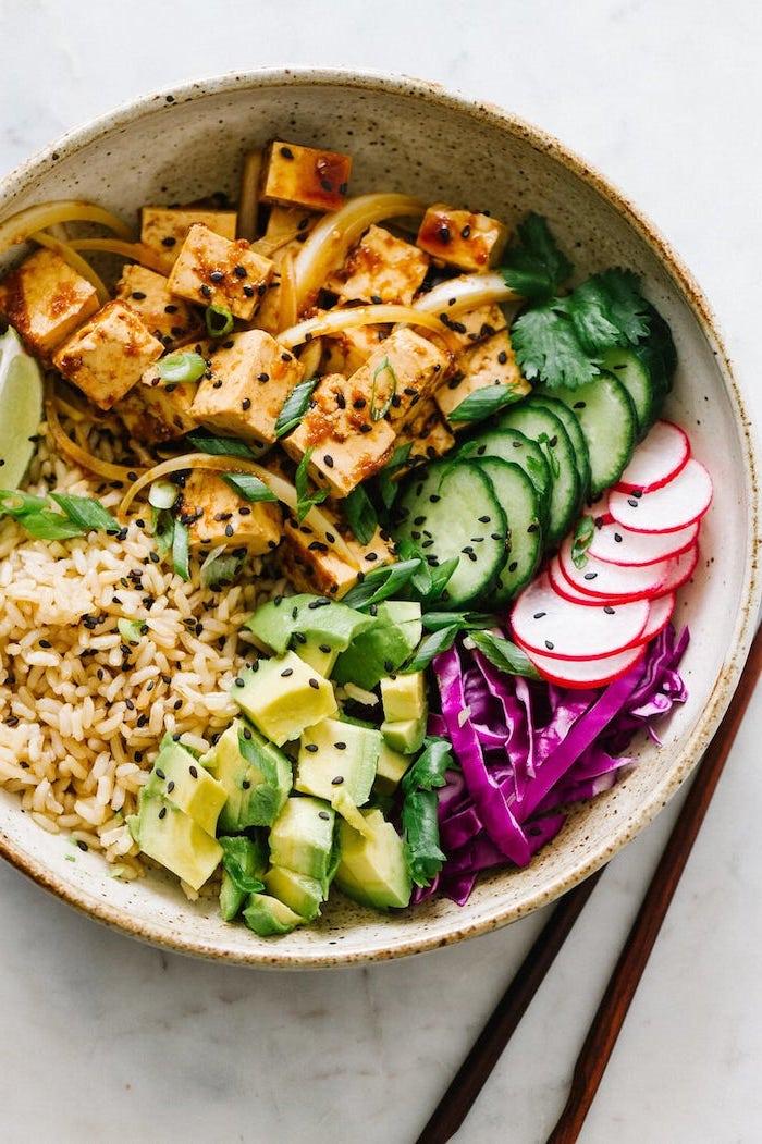 idée de poke bowl vegan au tofu mariné riz chou rouge avocat radis graines de sésame noir