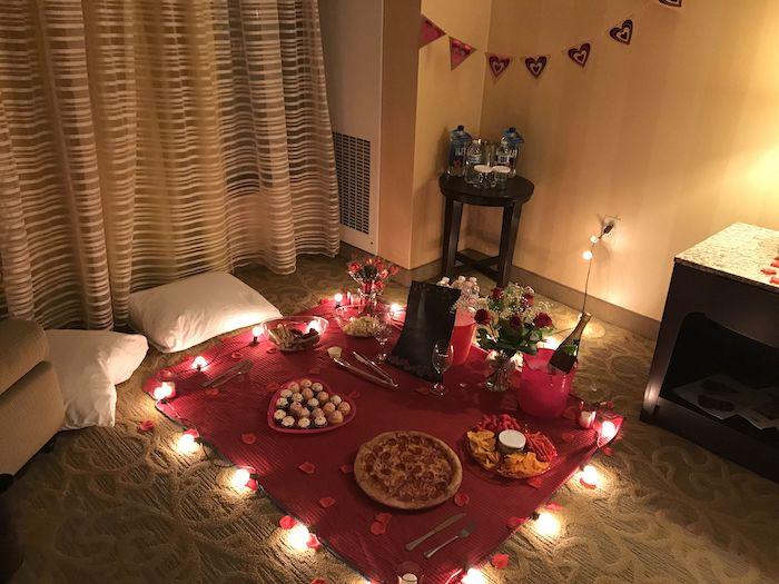 idée originale saint valentin pour un pique nique dans la maisoon une couvrture au sol avec des bougies et des lampes