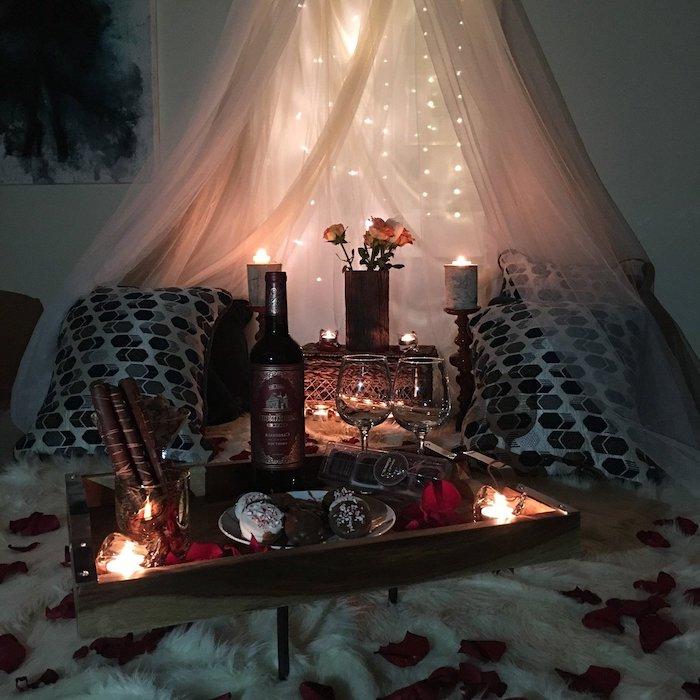 idée surprise saint valentin pour un diner au lit avec des petales de roses et des lumieres