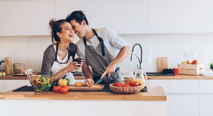 idée surprise saint valentin une couple dans la cuisine jeune homme qui coupe des legumes
