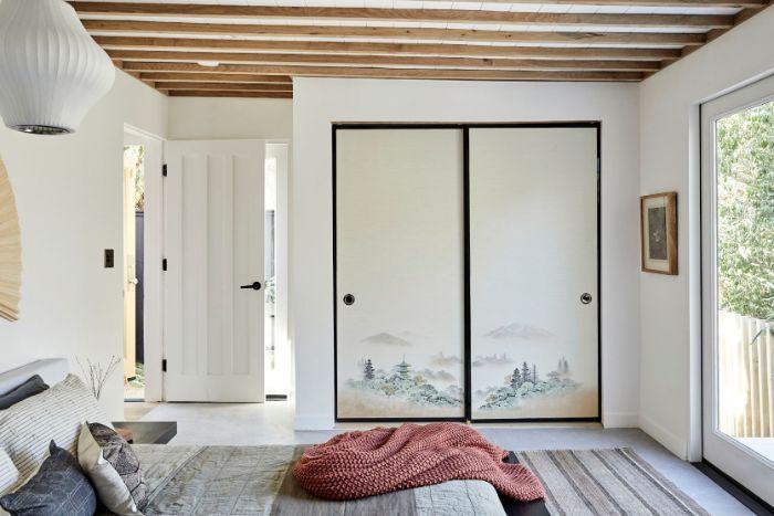 idee deco chambre style japonais avec linge de lit gris tapis à rayures portes coulissantes armoire paysage japon poutres apparentes bois