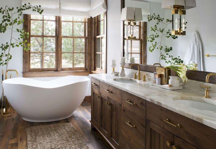 idee deco salle de bain bois plan de travail marbre miroir robinetterie or parquet bois baignoire blanche plantes vertes d intérieur