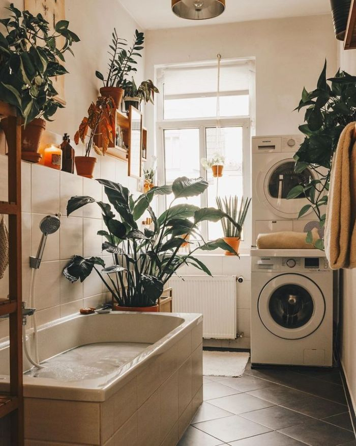idee deco salle de bain gris et blanc avec carrelage gris baignoire blanche murs blancs plantes vertes en pot
