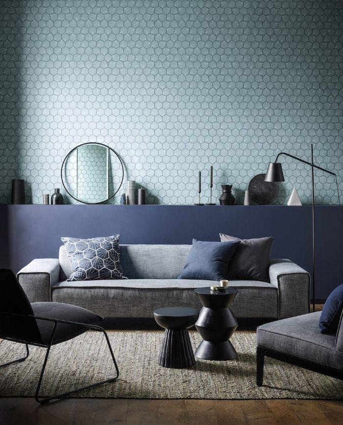 idee deco salon bleu gris et blanc avec canapé chaises et fauteuils gris et tables grises accents deco minimaliste