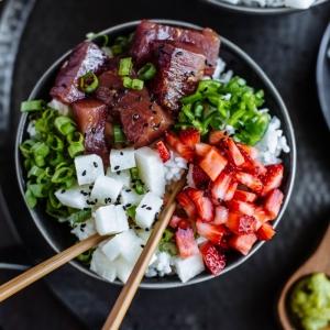 La meilleure recette de poke bowl maison. Invitez Hawaï à la table !