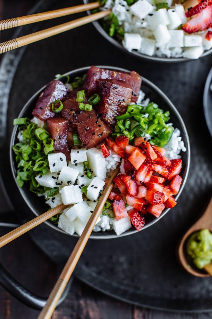idee poke bowl à base de thon rouge tranches de fraises et cubes de coco poivron rouge servis sur riz jasmin
