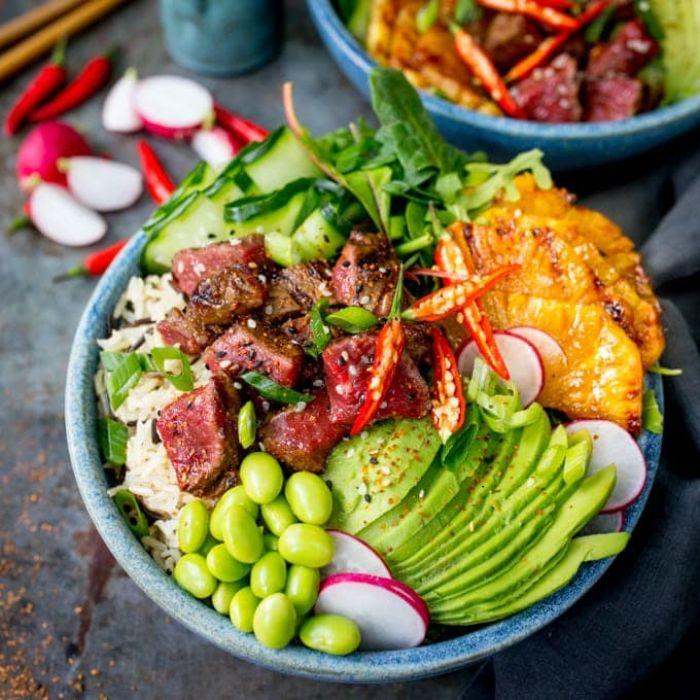 idee repas du soir équilibré buddha bowl poke au steak boeuf avocat feves autres légumes sur canapé de riz