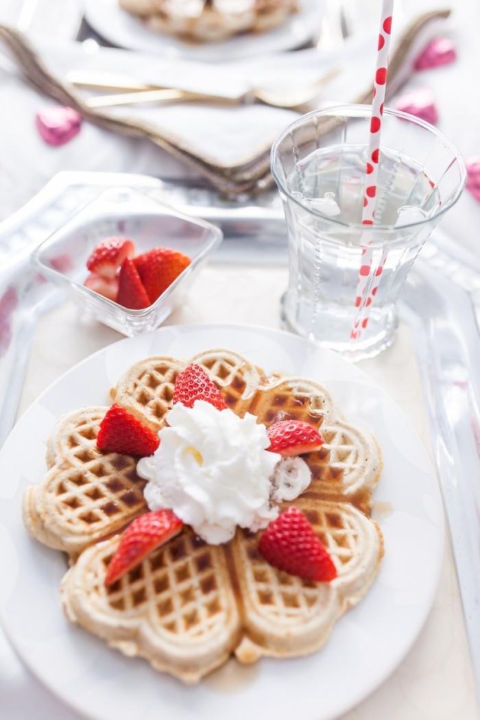 idee repas saint valentin recette gaufres facile et rapide verre eau glaçons morceaux fruits