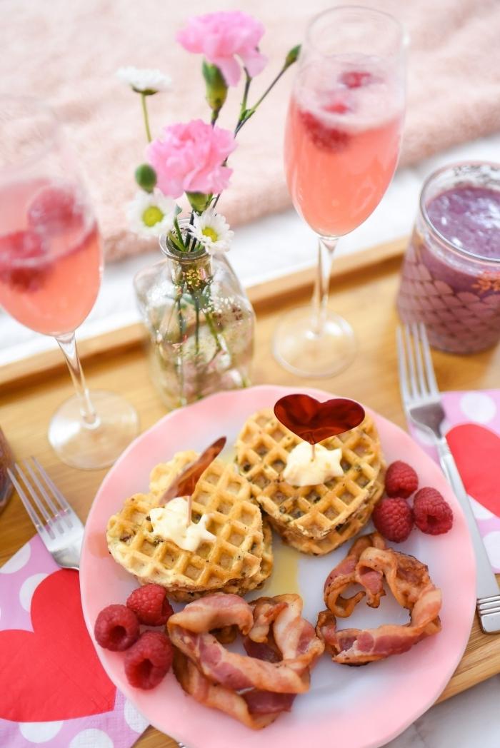 image de petit déjeuner bouquet de fleurs gauffres crème fraîche fruits bacon rôti verre boisson