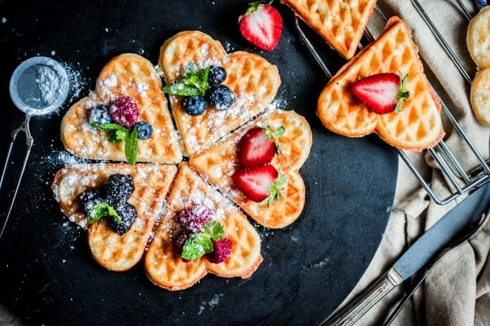 image de petit déjeuner sucre en poudre fruits baies fraises recette gaufres faciles plateau noir