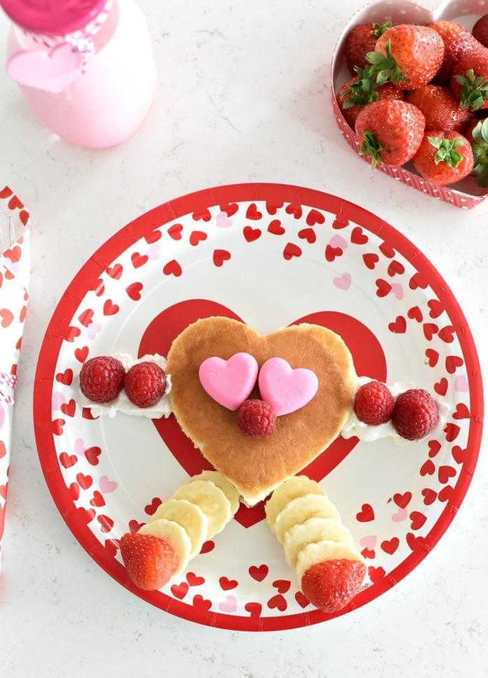 image petit déjeuner assiette ronde motifs coeurs rouges crêpe crème fraîche banane fraises