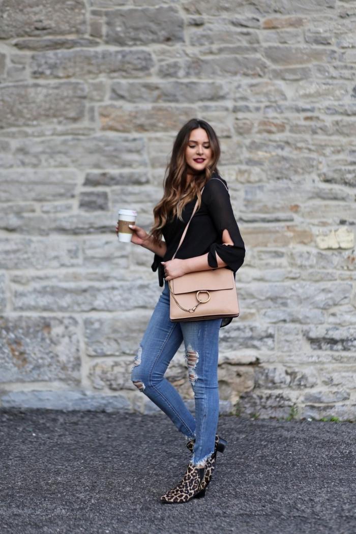 jeans déchirés femme blouse manches noires motif léopard dessin chaussures tendance talons