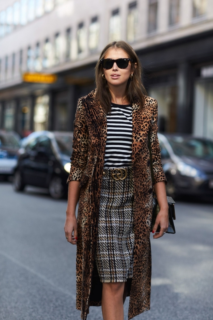 jupe motifs carreaux gris blouse rayures blanc et noir tenue leopard manteau long accessoires