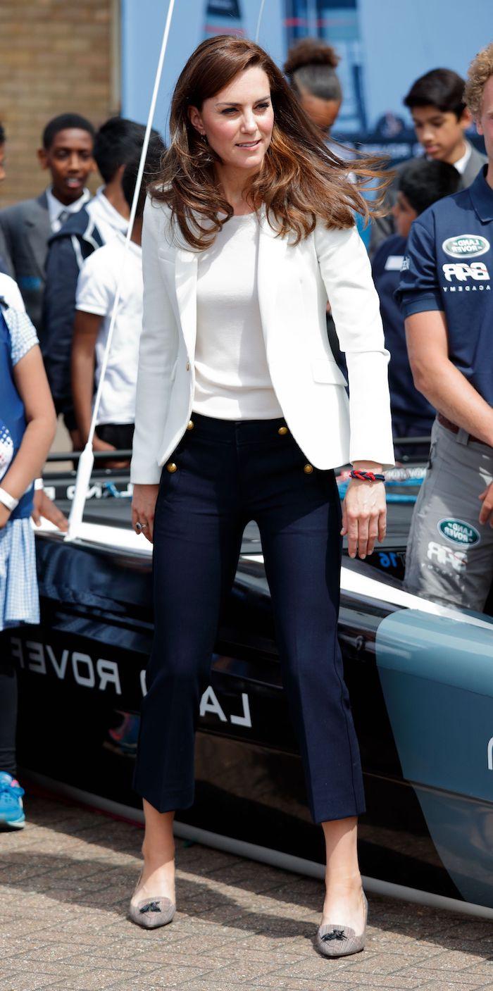 kate middleton porte une veste blanche et pantalon bleu marine comment combier un taileur chic