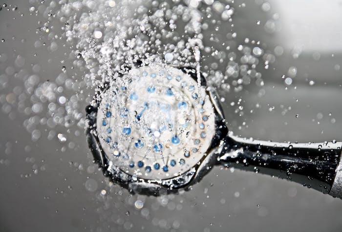 la tete d une douche qui disperse de l eau