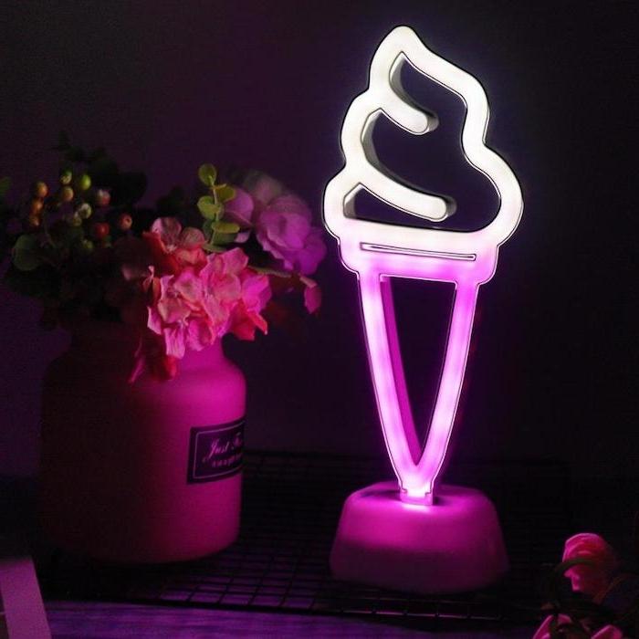 lampe néon en forme de glace en cone a coté d un vase a fleurs