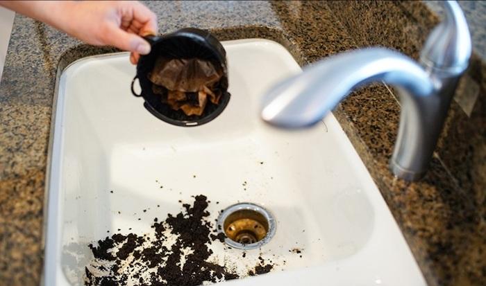 le marc de café pour néutraliser les odeurs désagréables dans le siphon