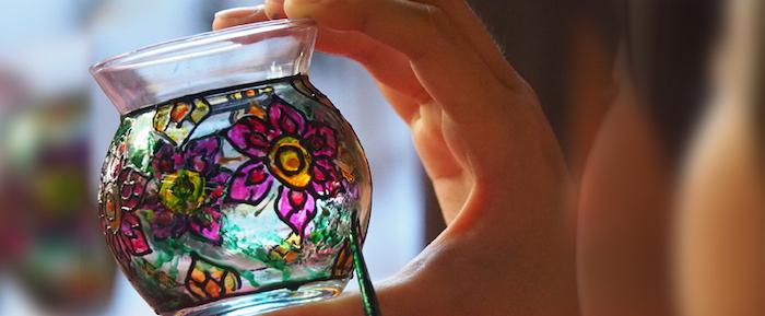le processus de peindre une vase a l aide d une peinture acrylique t d un pinceaux