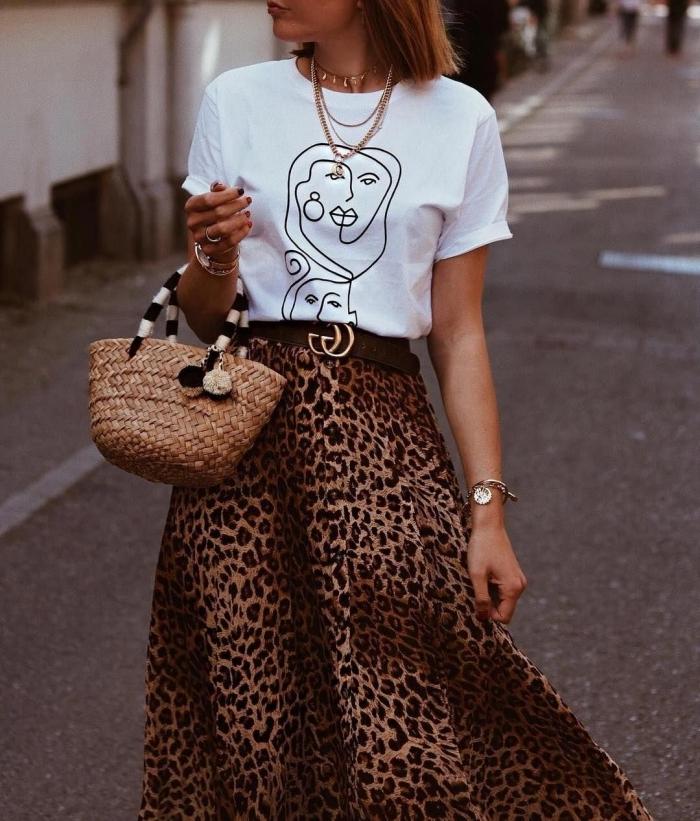 leopard motif jupe longue et fluide taille haute motifs animaliers ceinture marron t shirt blanc minimaliste
