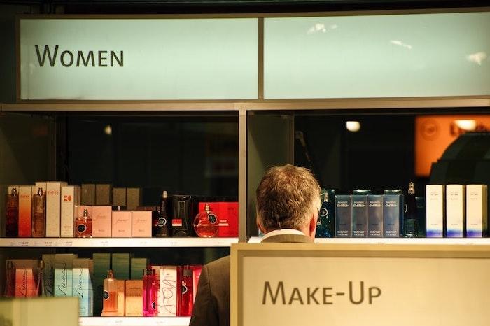 les rayons dans un magasin de cosmétique et des parfums rangés