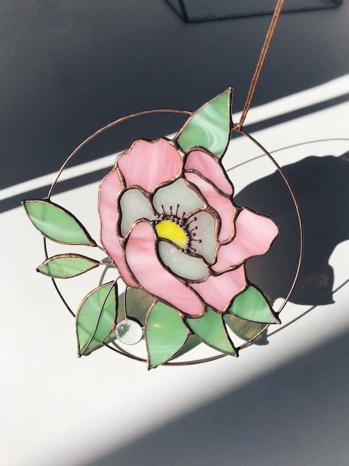 loisir créatif adulte comment faire peinture sur verre un exemple de fleur verrier en rose