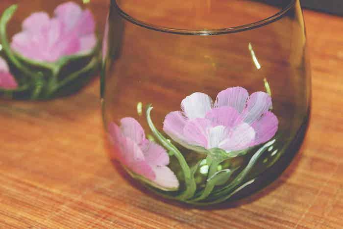 loisir créatif adulte idée de peinture sur verre avec des motifs floraux deux fleurs roses