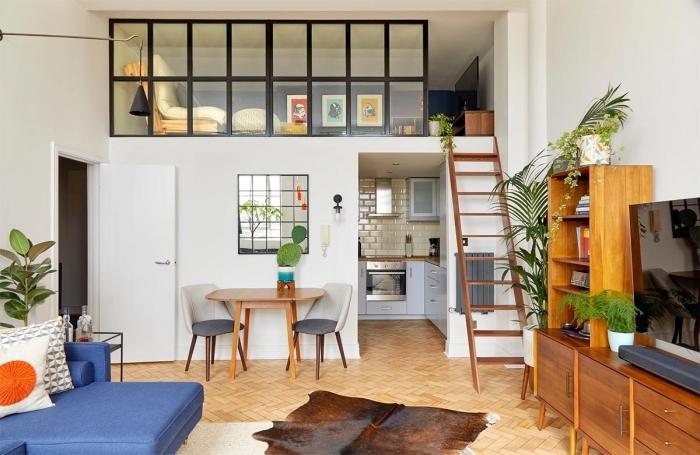 maison avec mezzanine tapis imitation peau animale marron vitrage séparation pièce coin repos plateforme
