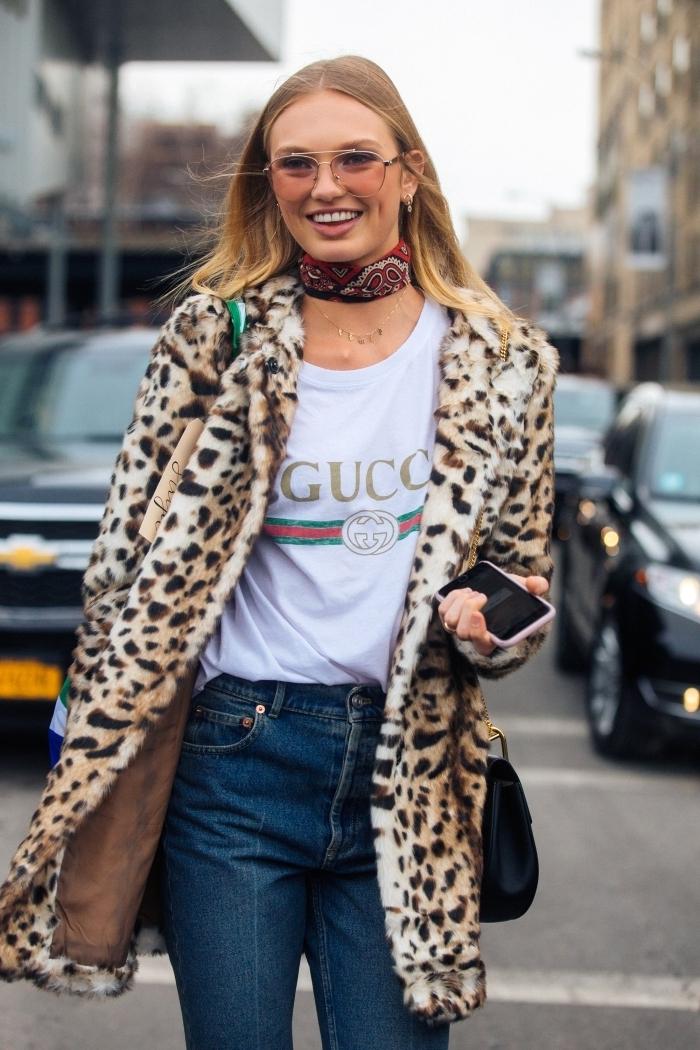manteau imprimé animalier léopard tenue tendance femme jeans t shirt blanc écharpe rouge