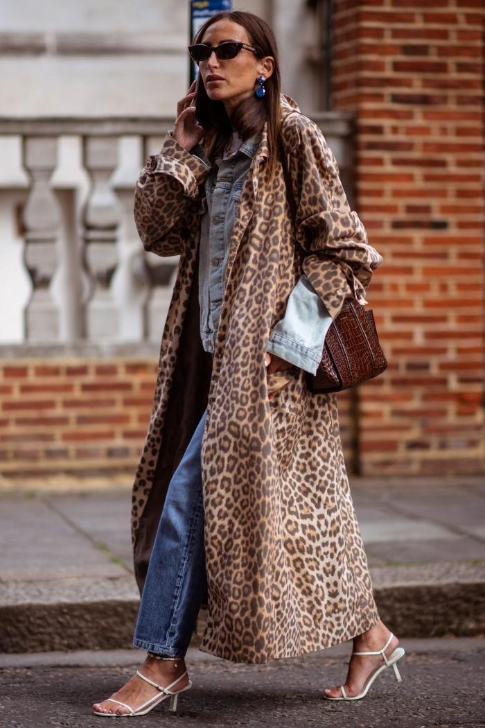 manteau long motif léopard tendance imprimés mode femme jeans rétro veste denim accessoires