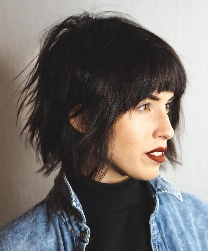 maquillage rouge à lèvre bordeaux mat coupe carré dégradé cheveux noirs frange courte volume