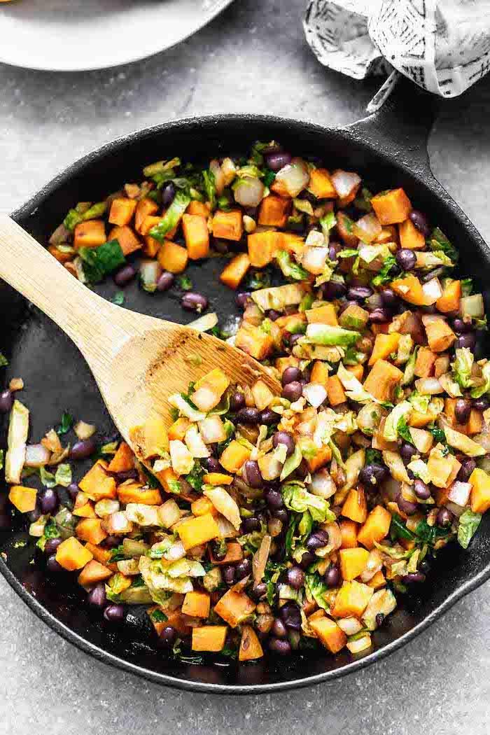 mélange de légumes pour poke bowl buddha patates douves haricots noirs choux de bruxelles et autres ingredients