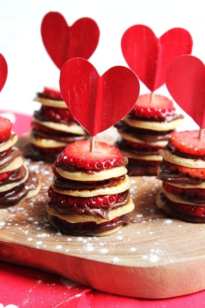 meilleur petit déjeuner crêpe chocolat fondu noir fraises coeurs papier rouge plateau bois