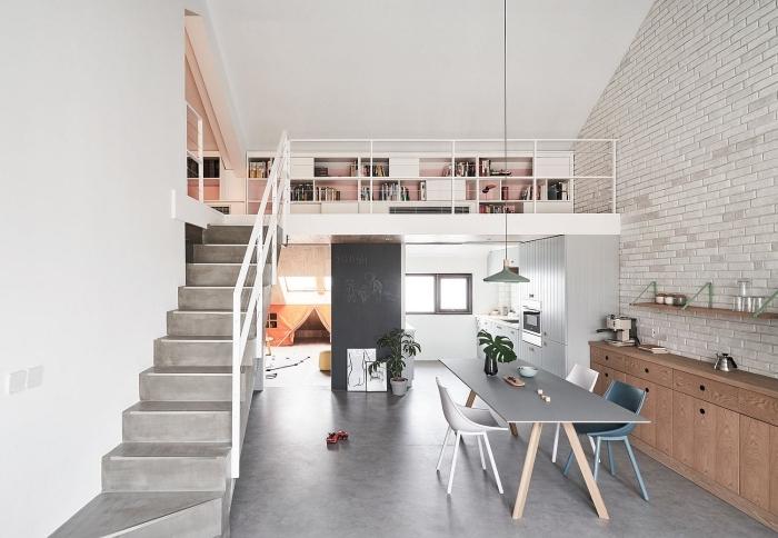 mezzanine appartement revêtement sol béton escalier moderne table à manger gris cuisine en longueur