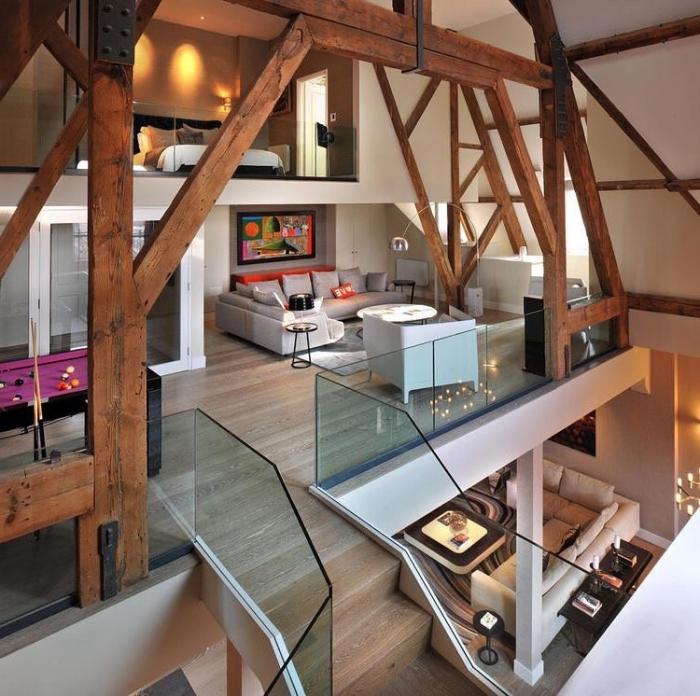 mezzanine bois structure poutres apparentes colonne porteur canapé d angle gris double mezzanine chambre
