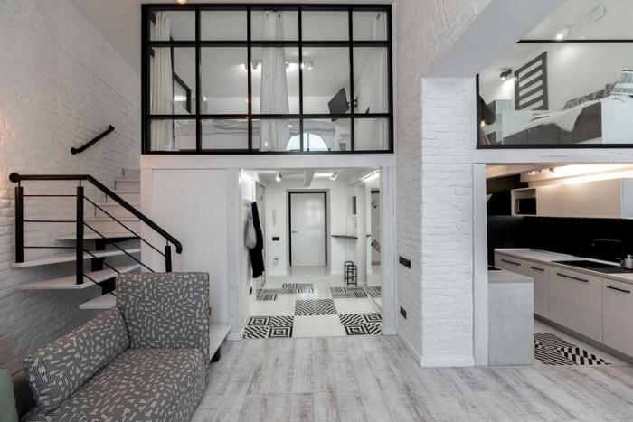 mezzanine chambre adulte design intérieur décoration en blanc et noir escalier noir vitrage parquet blanc et gris